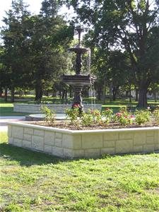 A fountain in the center of a park